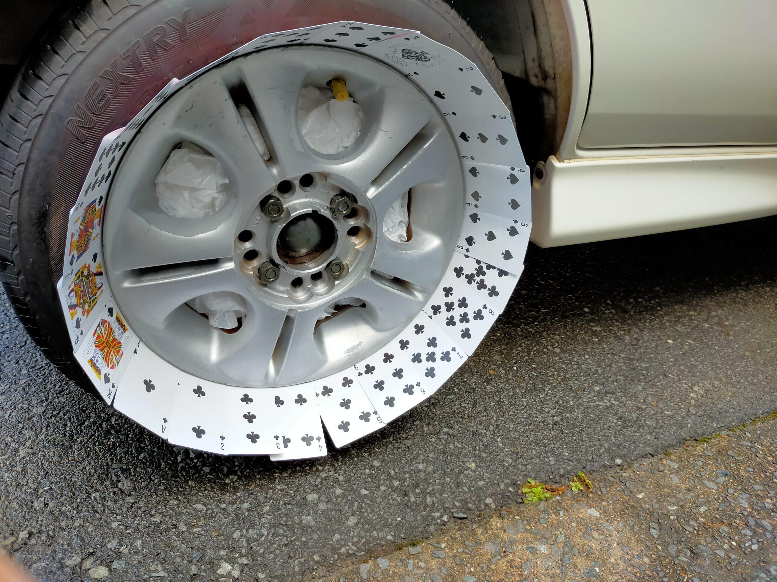 ホイールとタイヤの間にトランプを挟んだエブリィワゴンのホイール
