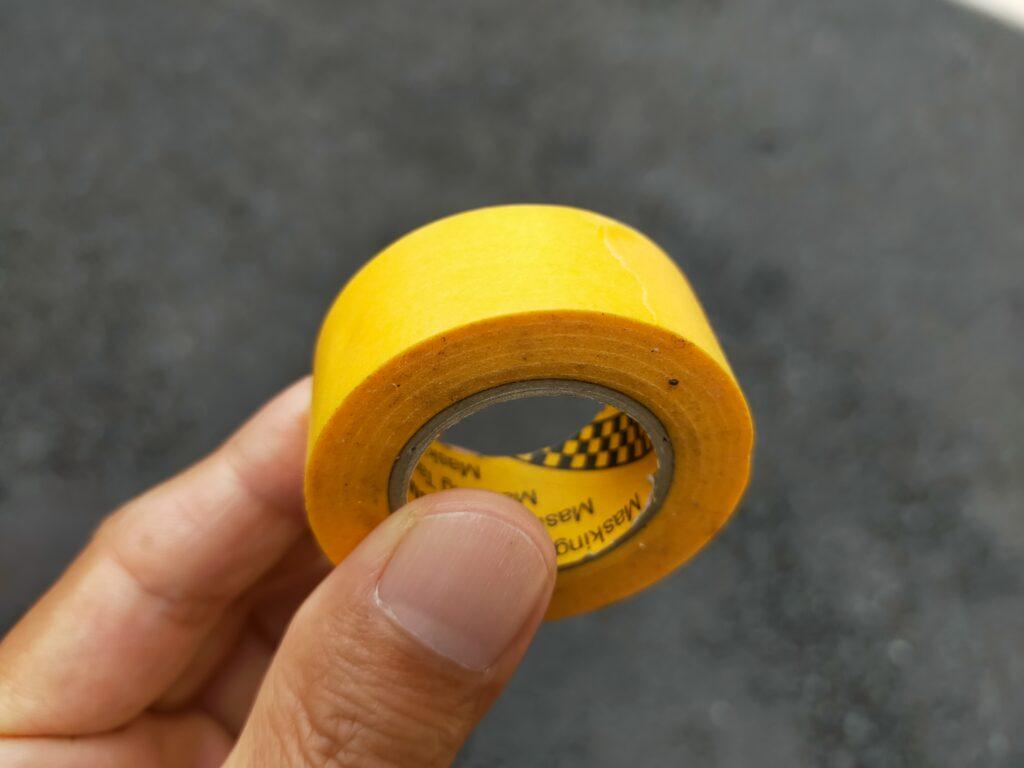 手に持たれたマスキングテープ
