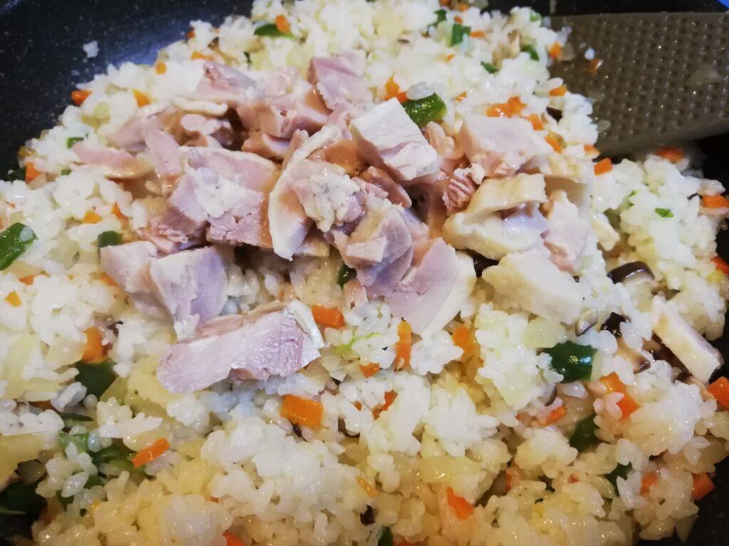 オムライス作りに手作り塩鶏を加える